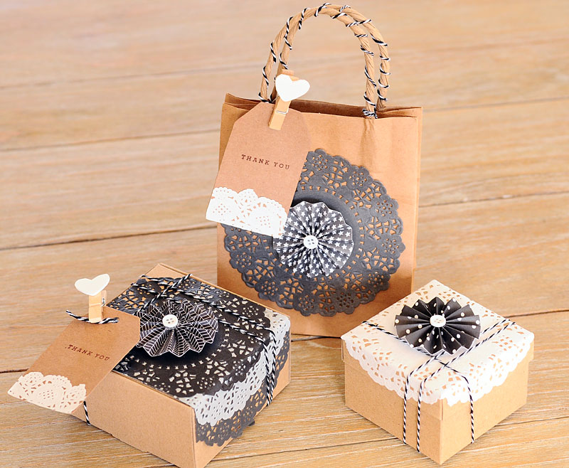 5 ideas para decorar con blondas en blanco y negro for Decorar regalos