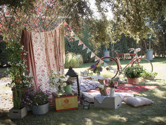 Ideas para decorar el rincon chill-out en tu boda. Banderines y guirnaldas